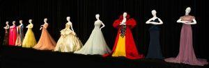 L'abito di versace color oro è ispirato all'abito del ballo di Cenerentola  (il quarto da destra)